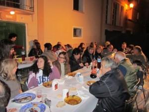 Los vecinos de Azlor se juntan a comer en torno a la hoguera. JLP.