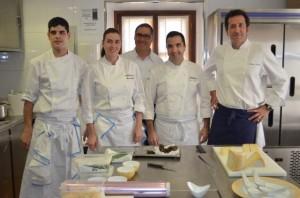 El cocinero con su equipo y Carmelo Bosque. JLP.
