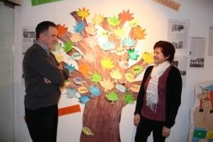 Mariano y Mercè junto al árbol que se va vistiendo de deseos, adivinanzas, poesías... Foto: EPO.