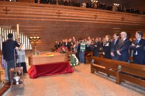 Familiares y autoridades ante el féretro de Joaquín Paricio. JLP.