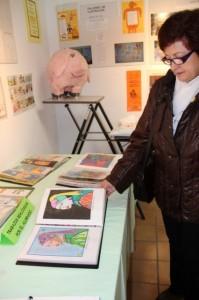 Mercè muestra unos dibujos realizados por los niños. Foto: EPO.
