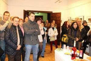 Asistentes a la inauguración de la exposición Fot-Oleo. Estela Puyuelo.