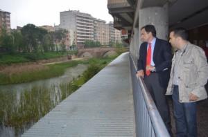 De Pedro y Guerrero miran el río Sosa. JLP.