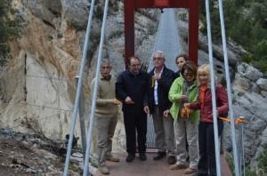 Las autoridades aragonesas y catalanas en la pasarela sobre el río Noguera ribagorzana. José Luis Pano.
