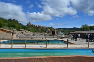 Las piscinas del Salinar con Naval al fondo. José Luis Pano.