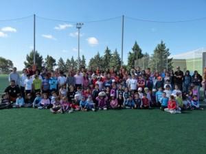 Los niños con los miembros del Club Rugby Somontano.