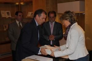 Cosculluela entrega las firmas en las Cortes.
