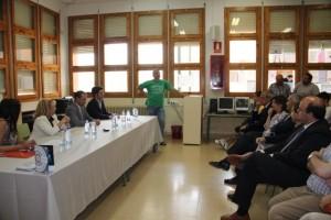 Manuel Buil critica duramente la presencia de la consejera y los representantes del Gobierno de Aragón en el IES debido a los recortes que ha sufrido la educación pública. Foto: E.P.