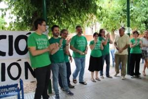 Los profesores aplauden a su compañero tras el acto. Foto: E.P.