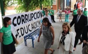 Dolores Serrat abandona el IES Sierra de San Quílez en compañía de la directora, Pilar Lax. Foto: Estela Puyuelo.