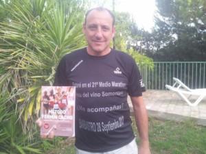Fermín Cacho con la camiseta del medio maratón.