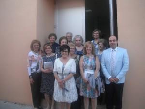 La profesora con alumnas, alcaldesa y concejal.