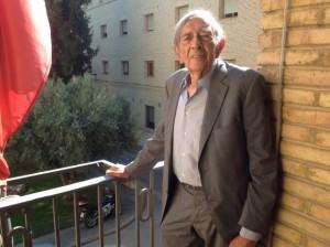 León Buil, en el balcón del Ayuntamiento de Barbastro. JLP.
