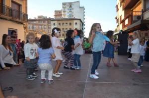 Los niños disfrutaron del Paseo de las Sorpresas. JLP.