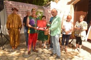 Los hermanos de Paricio recogen una placa en recuerdo de su hermano. JLP.