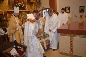 Colocación de las reliquias de los mártires bajo el altar. JLP.