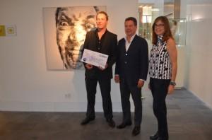 El ganador con Pablo y Patricia Bravo. José Luis Pano.