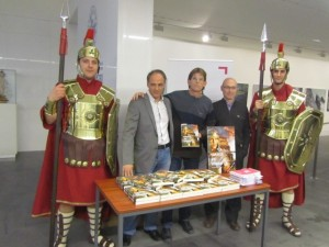 El autor, en el centro, con los editores, escoltados por dos legionarios. JLP.