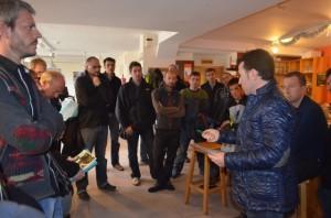 Fernando Blasco habla con los agentes. JLP.
